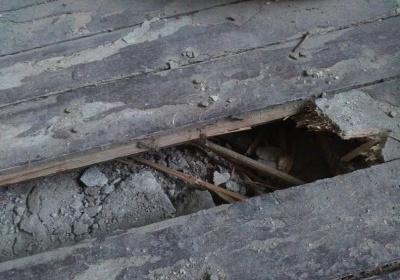 Гнилые деревянные доски пола на даче